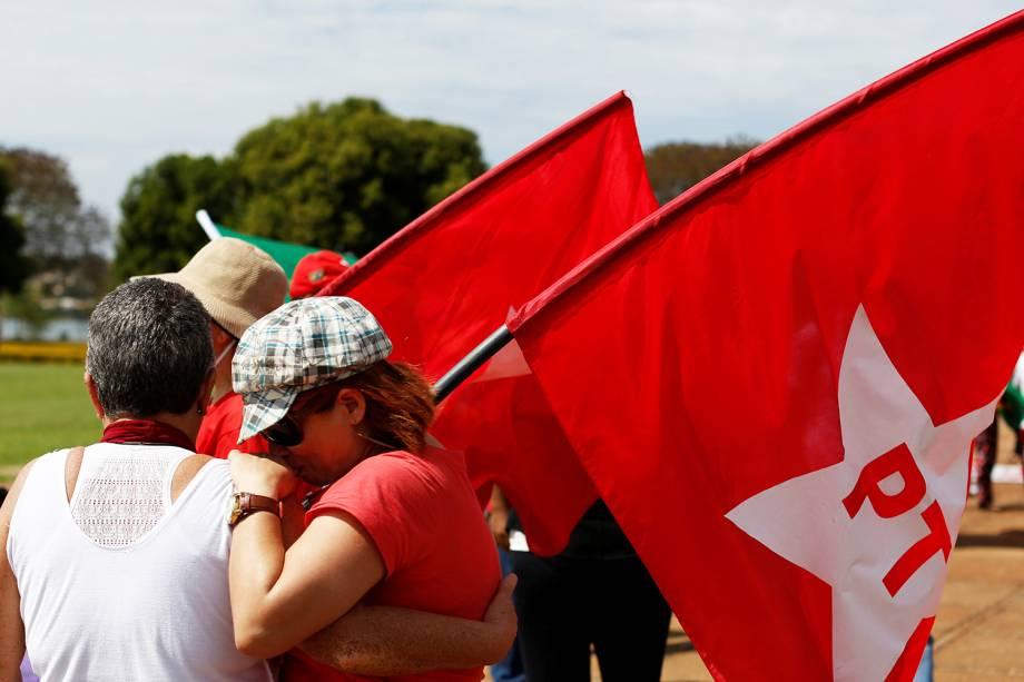 Apoiadora da presidente afastada Dilma Rousseff chora durante protesto em frente ao Palácio da Alvorada, em Brasília (DF) - 31/08/2016
