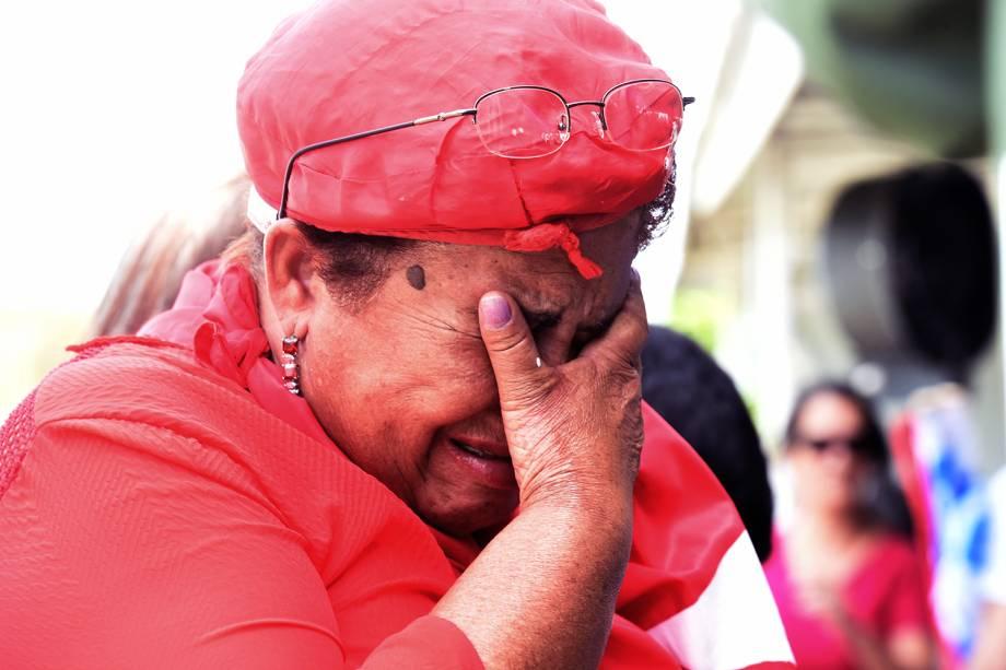 Apoiadora de Dilma Rousseff chora após a petista ser afastada definitivamente do cargo de presidente da República, pelo Senado Federal - 31/08/2016