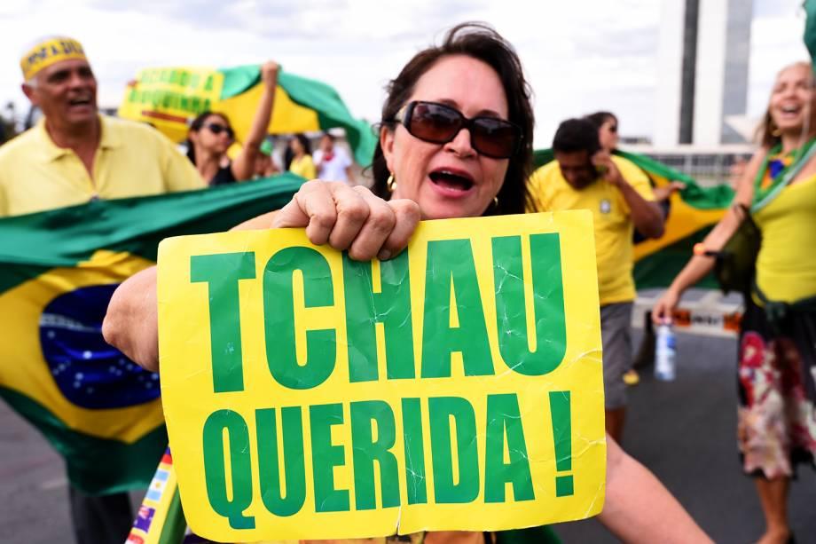 Manifestantes celebram o impeachment de Dilma Rousseff, em frente ao Congresso Nacional, em Brasília (DF) - 31/08/2016