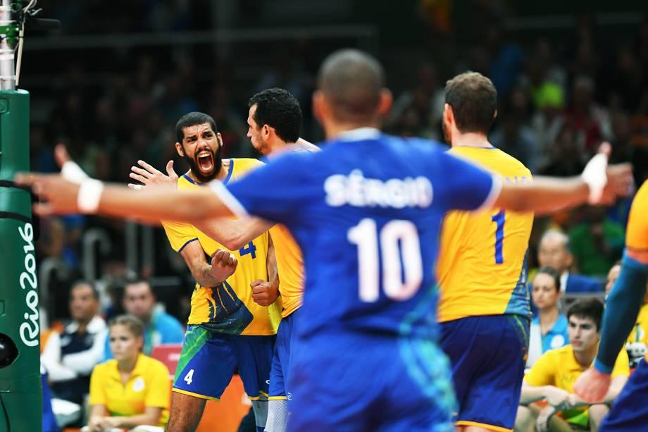 Jogadores do Brasil comemoram a classificação para a final, após vencerem a Rússia por 3 sets a 0
