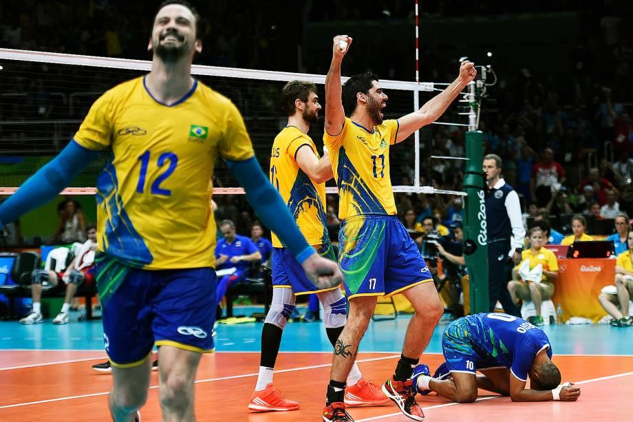 Jogadores do Brasil comemoram  vitória sobre a Rússia, na semifinal do Vôlei de quadra