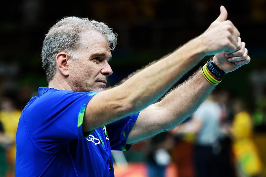 O treinador Bernadinho comemora   vitória do Brasil sobre a Rússia, na semifinal do Vôlei de quadra