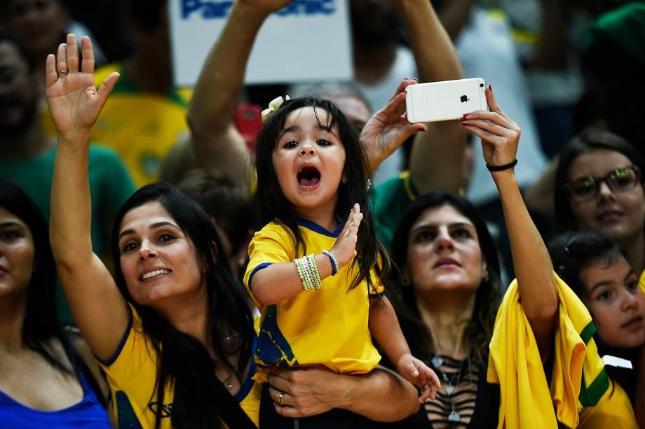 Torcida comparece na semifinal do vôlei masculino entre Brasil e Rússia
