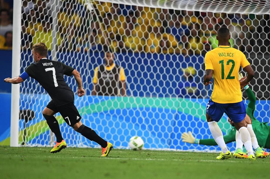Max Meyer, da Alemanha, marca o gol de empate sobre o Brasil