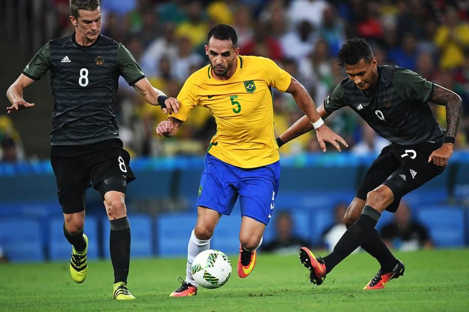 Renato Augusto disputa a bola na partida contra a Alemanha, pela final do futebol masculino nos Jogos Olímpicos Rio 2016