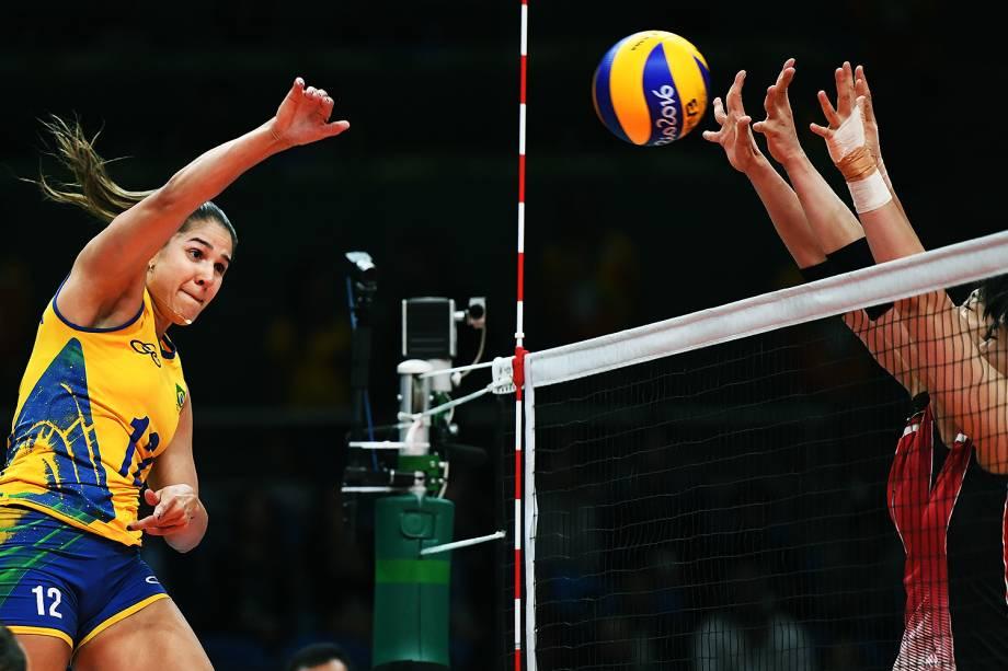Natália durante lance na partida entre Brasil e Japão, nas Olimpíadas Rio 2016