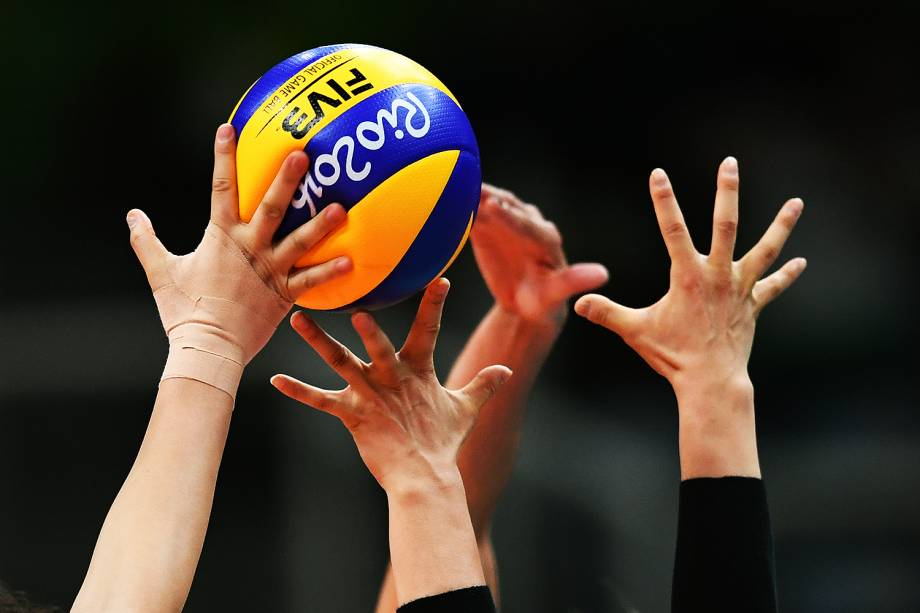 Lance no jogo de vôlei feminino entre Brasil e Japão