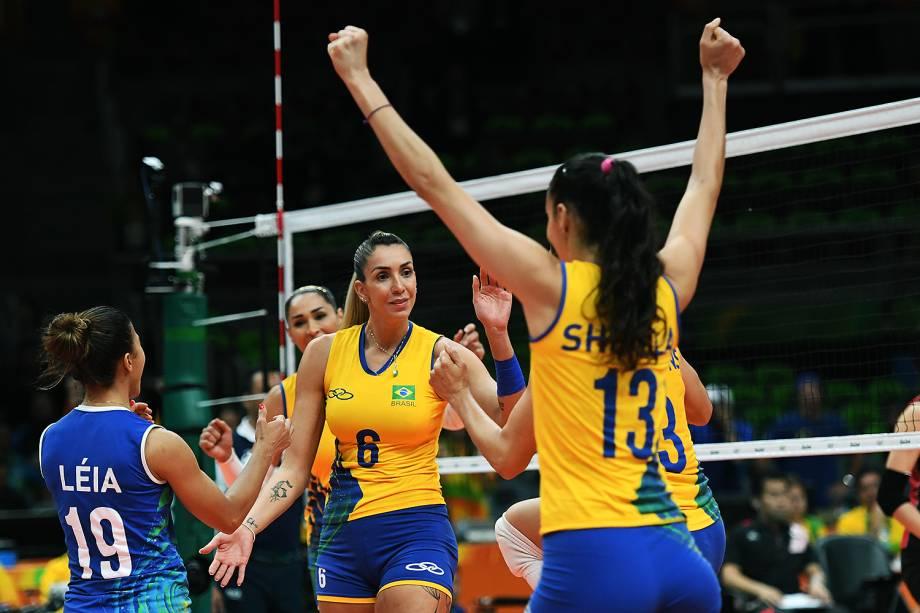 Jogadoras do Brasil comemoram ponto sobre o Japão, nos Jogos Olímpicos Rio 2016