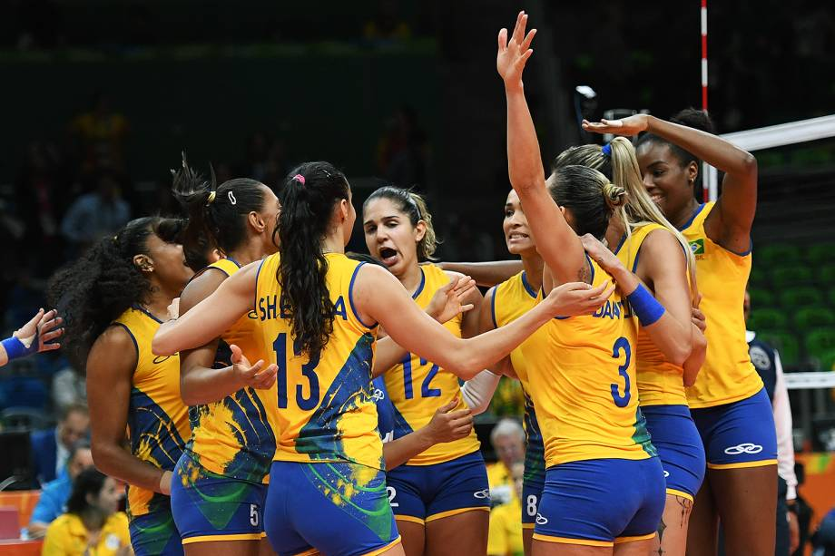 Jogadoras do Brasil comemoram vitória sobre o Japão, nos Jogos Olímpicos Rio 2016