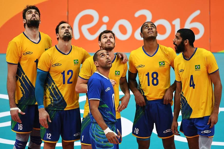 Jogadores do Brasil aguardam decisão de desafio na semifinal contra a Rússia