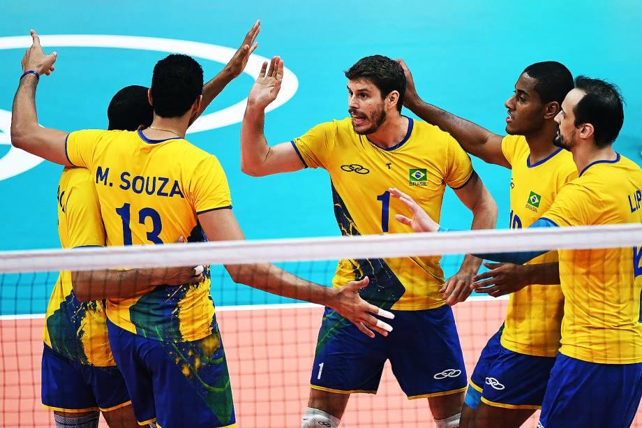 Jogadores do Brasil comemoram ponto sobre a Rússia, na semifinal do vôlei de quadra