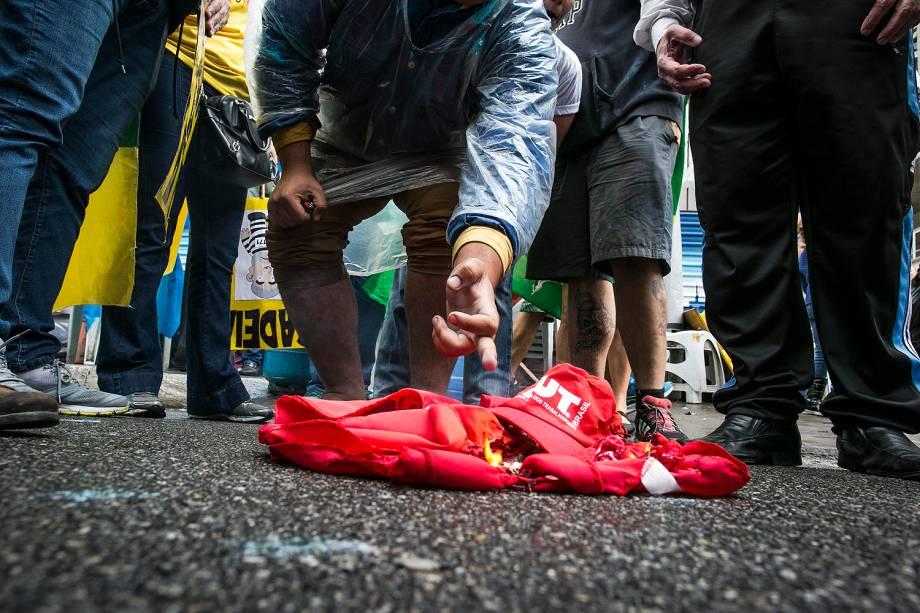 Manifestantes comemoram, na avenida Paulista, decisão do Senado pelo afastamento definitivo de Dilma Rousseff do cargo de presidente da república -31/08/2016