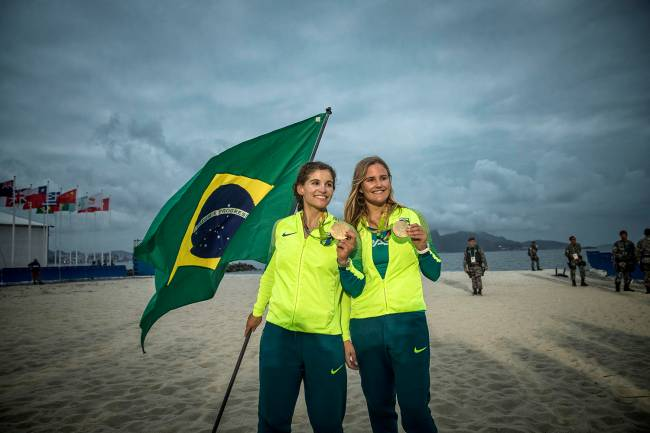 As velejadoras brasileiras Martine Grael e Kahena Kunze conquistam a medalha de ouro na vela, classe 49er FX, na Marina da Glória - 18/08/2016