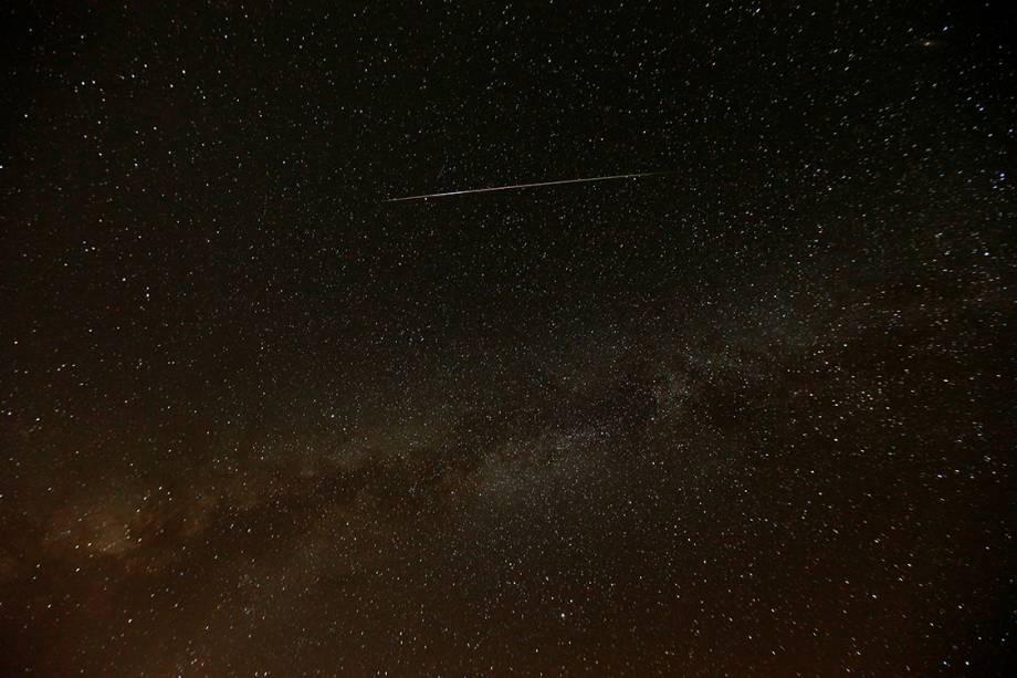 Meteoro corta o céu de Mitzpe Ramon, em Israel, durante a Perseida, chuva anual de meteoros - 12/08/2016