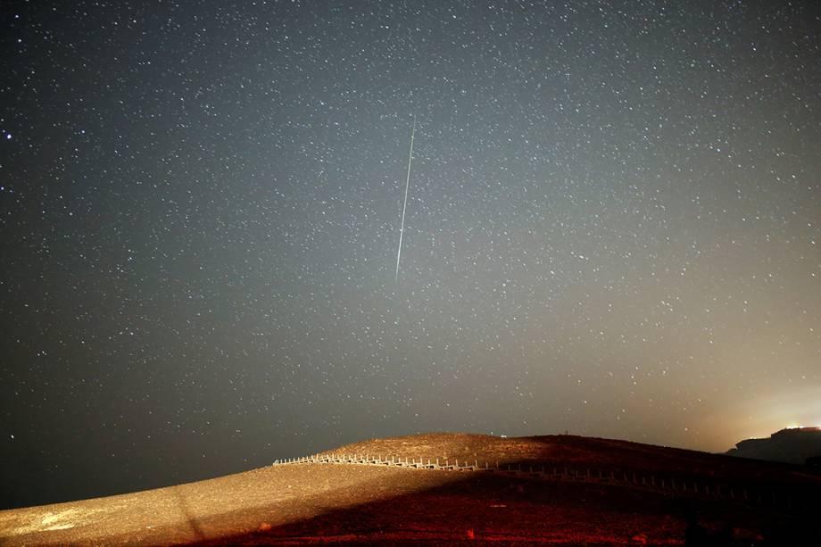 Meteoro corta o céu de Mitzpe Ramon, em Israel, durante a Perseida, chuva anual de meteoros, que registra aproximadamente 40 estrelas-cadentes por hora - 12/08/2016