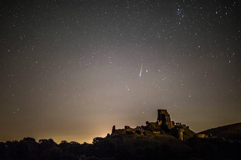 Meteoro corta o céu de Corfe Castle, no Reino Unido, durante a Perseida, chuva anual de meteoros, que registra aproximadamente 40 estrelas-cadentes por hora - 12/08/2016