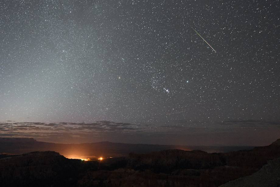Fotógrafo registra um meteoro cortando o céu do Parque Nacional Bryce Canyon, em Utah, nos Estados Unidos, pouco antes do amanhecer - 12/08/2016