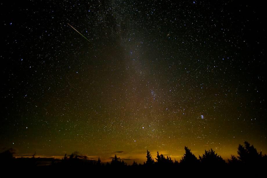 Fotógrafo registra um meteoro cortando o céu de Virgínia do Oeste, nos Estados Unidos, pouco antes do amanhecer - 12/08/2016