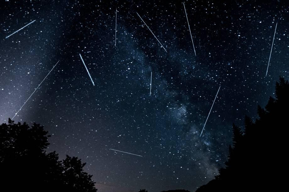 """<p style=""""text-align:justify;"""">Algumas boas chuvas de meteoros estão previstas para 2018. A primeira, conhecida como Liridas, deve ocorrer entre 16 e 25 de abril, com auge previsto para o dia 22. Ainda assim, os destaques são as Perseidas, que devem acontecer entre 17 de julho e 24 de agosto, e as Geminidas, que vão de 4 a 17 de dezembro. Na primeira, espera-se uma taxa de até 150 meteoros observados por hora, considerando que o radiante (local aparente de origem dos meteoros) encontra-se exatamente no ponto mais alto do céu. Já na segunda, essa taxa é de 120 meteoros.</p><p style=""""text-align:justify;"""">Outras chuvas de meteoros esperadas são as Eta Aquaridas (de 19 de abril a 28 de maio), Delta Aquaridas (de 12 de julho a 23 de agosto), Oronidas (de 2 de outubro a 7 de novembro) e Leonidas (de 6 a 30 de novembro).</p><p style=""""text-align:justify;"""">Para fazer uma boa observação desses fenômenos, é aconselhável procurar sempre um horizonte livre de obstáculos, como prédios e construções. """"Para quem mora em grandes centros urbanos, as luzes podem atrapalhar. A dica é procurar um lugar afastado, com o céu mais escuro possível, para conseguir ver bem os meteoros"""", diz o astrônomo Daniel Mello, do Observatório do Valongo. Também não é necessário usar binóculos, telescópios ou outros instrumentos. """"O melhor jeito de observar é a olho nu. Os meteoros não aparecem em um lugar só do céu, então é bom ter um campo de visão amplo.""""</p>"""