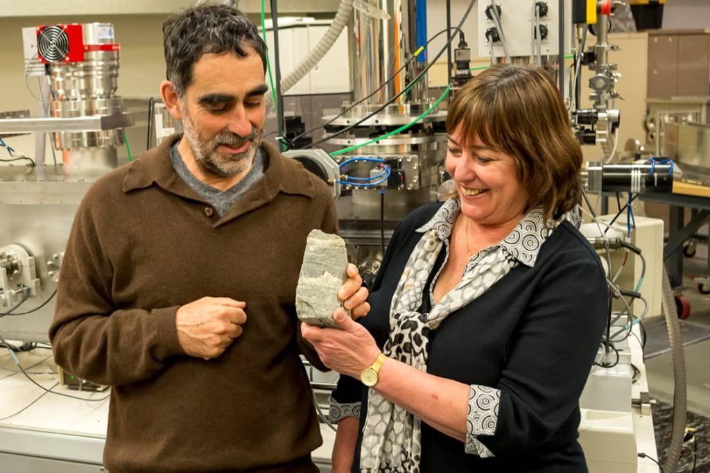 Os cientistas Allen Nutman (esq) e Vickie Bennet posam com um fóssil encontrado em Isua, Groenlândia