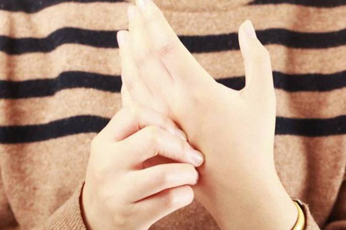 Pessoa estalando os dedos