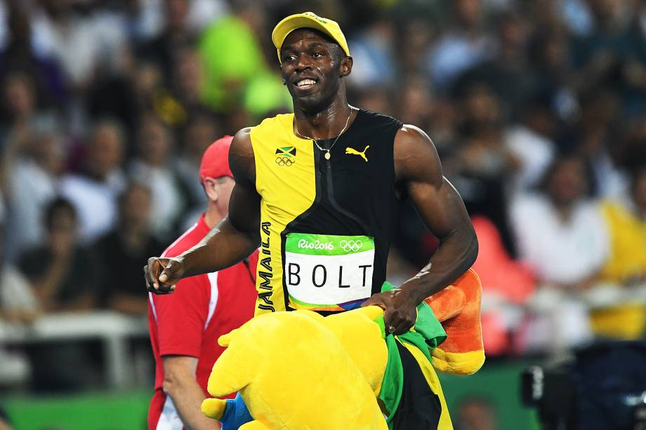 Usain Bolt comemora com o mascote Vinícius a conquista do tri olímpico nos 100m rasos