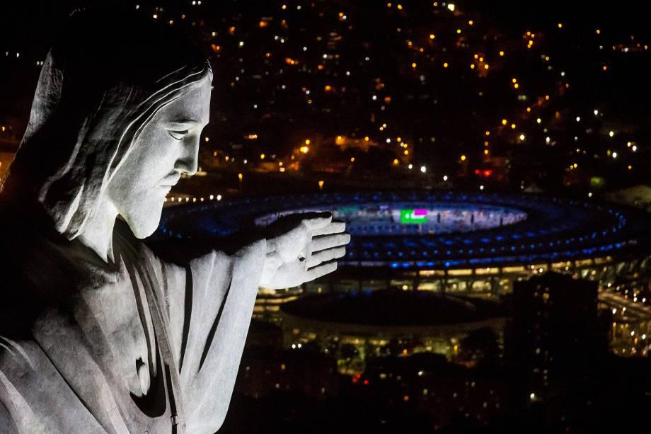 Cristo Redentor é fotografada com estádio do Maracanã ao fundo, durant ensaios para abertura da Olimpíada Rio 2016 - 01/08/2016