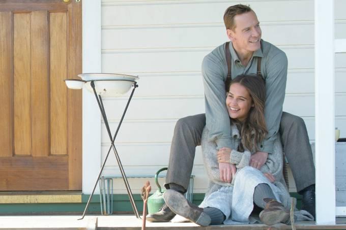 Alicia Vikander e Michael Fassbender no filme 'A Luz Entre Oceanos'