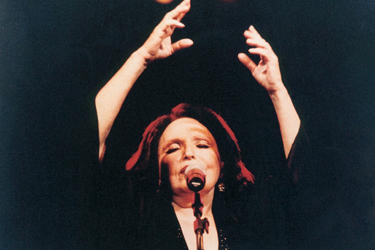A atriz e cantora Bibi Ferreira durante show - 28/01/2004