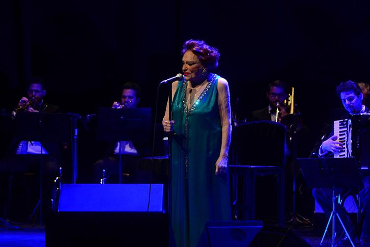A atriz e cantora Bibi Ferreira se apresenta na Vila Olímpia, em São Paulo (SP) - 12/08/2016