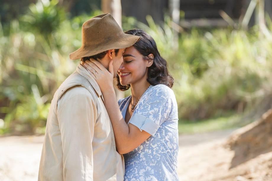 Filomena (Debora Nascimento) e Candinho (Sergio Guizé), se beijam em cena da novela 'Êta Mundo Bom'