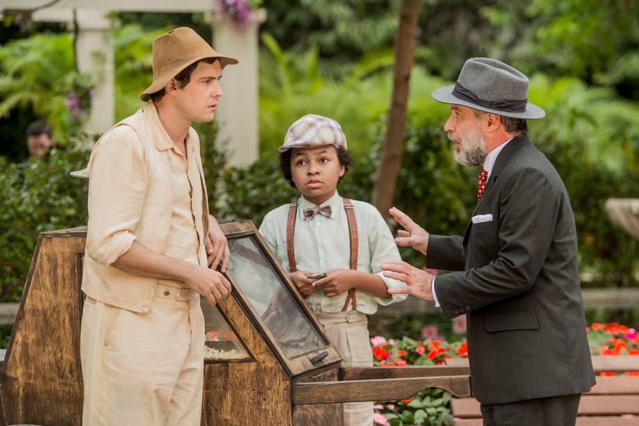 Ernani (Leopoldo Pacheco) olha Candinho (Sergio Guizé) vendendo pipoca, vai em sua direção e diz que é seu pai, em cena da novela 'Êta Mundo Bom'