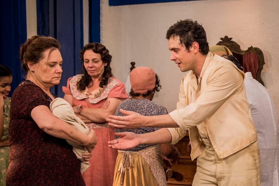 Candinho (Sergio Guizé) e Cunegundes (Elizabeth Savala), em cena da novela 'Êta Mundo Bom'