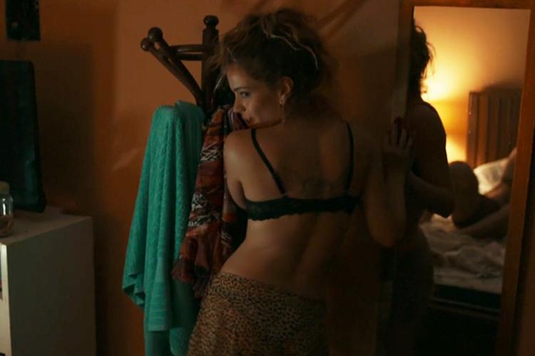Kellen (Leandra Leal) faz striptease para Douglas (Enrique Diaz), na minissérie 'Justiça', da TV Globo