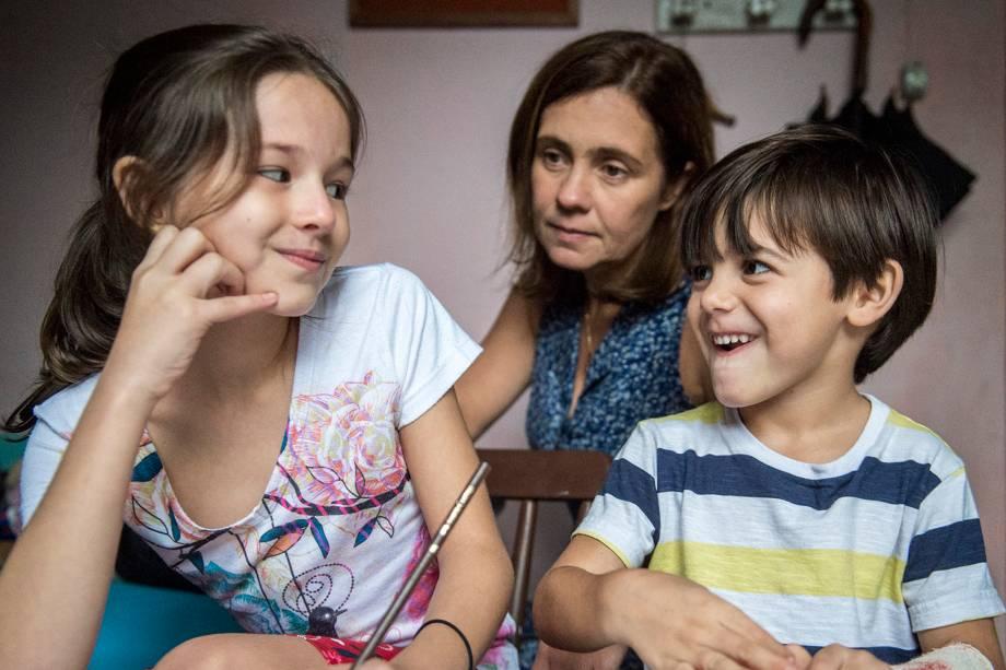 Jesus ( Bernardo Azevedo ),  Mayara ( Leticia Salatiel ) e  Fátima (Adriana Esteves), em cena da série 'Justiça', da TV Globo