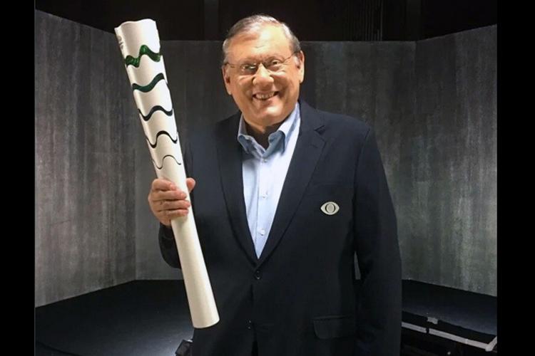 O comentarista da TV Bandeirantes, Milton Neves, segurando a tocha olímpica
