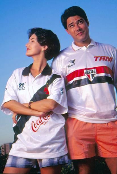 Fátima Bernardes com a camisa do Vasco e William Bonner com a camisa do São Paulo, em 1995