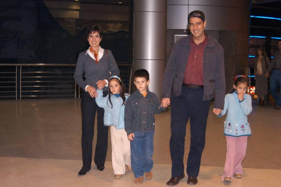 Fátima Bernardes e William Bonner com os filhos Laura, Vinícius e Beatriz, passeando no shopping New York City Center, em 2003