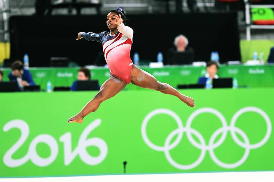 Simone Biles, dos Estados Unidos, durante apresentação no solo, na final por equipes da ginástica artística