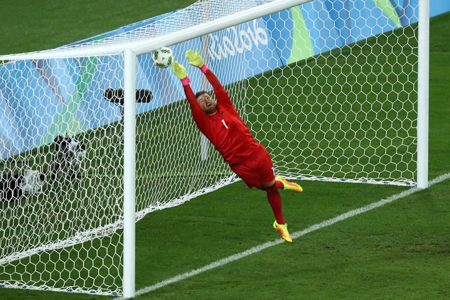 O goleiro Timo Horn, da Alemanha, não consegue evitar gol, após cobrança pe