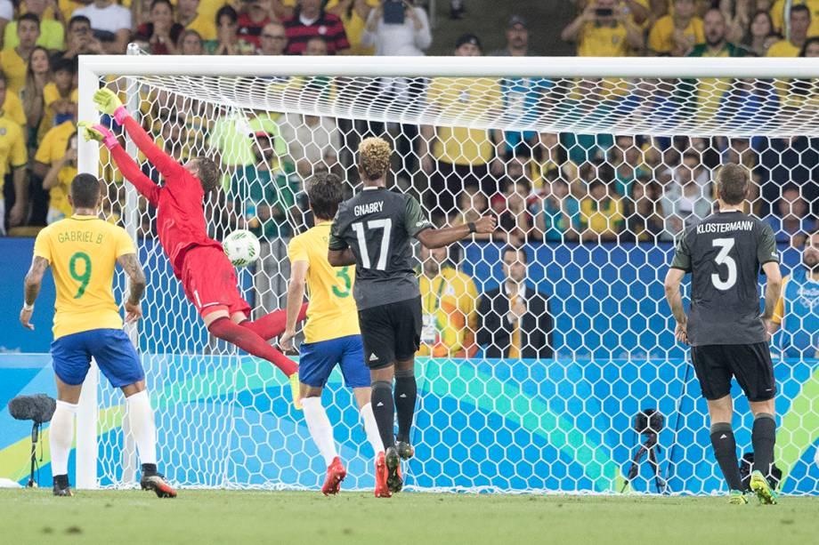 Em cobrança de falta perfeita, Neymar abre o placar para o Brasil sobre a Alemanha