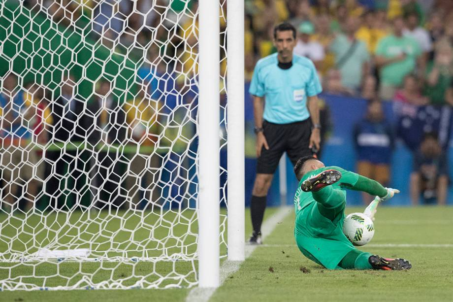 O goleiro Weverton defende pênalti cobrado por Nils Petersen, da Alemanha, na final do futebol masculino no Maracanã