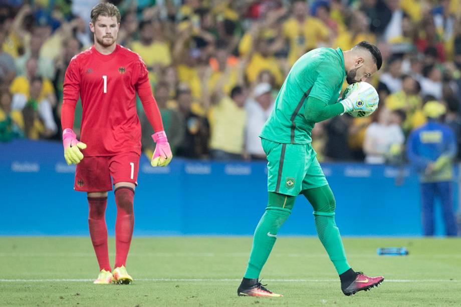 O goleiro Weverton comemora após defender pênalti, na final do futebol masculino no Maracanã