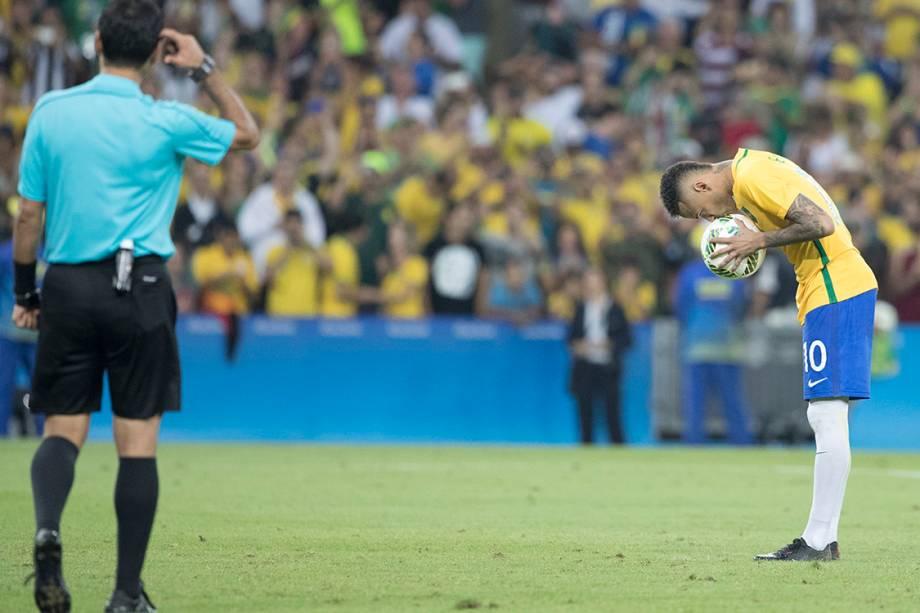 Neymar se prepara para cobrar pênalti na final contra a Alemanha