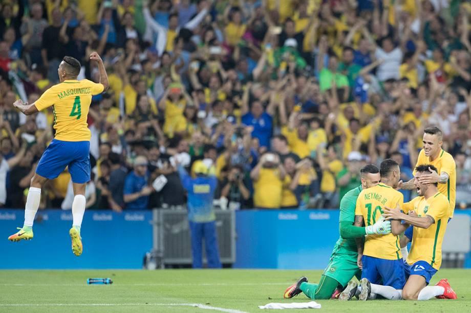 Jogadores do Brasil comemoram a medalha de ouro após vencerem a Alemanha nos pênaltis