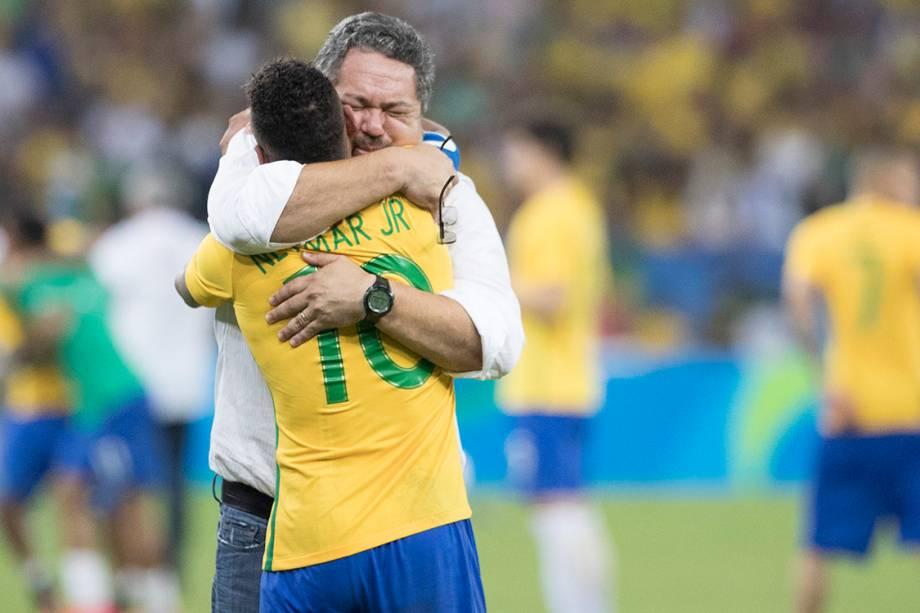 Neymar abraça o técnico Rogério Micale, após a conquista do primeiro ouro olímpico do futebol