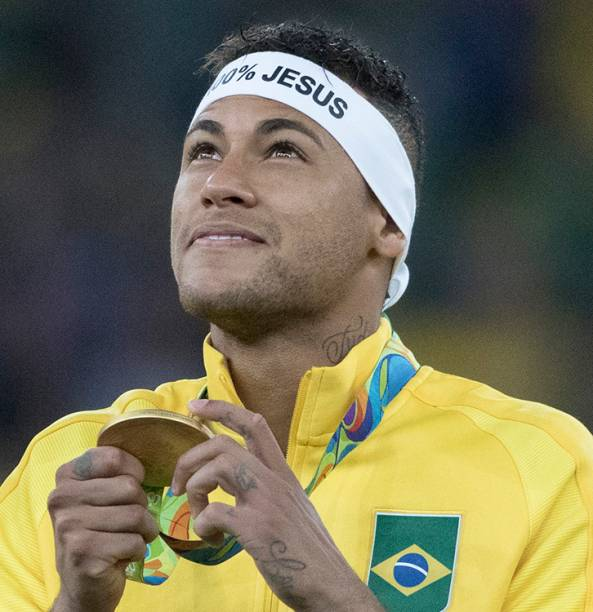 Neymar recebe a medalha de ouro após Brasil vencer a Alemanha nos Jogos Olímpicos Rio 2016