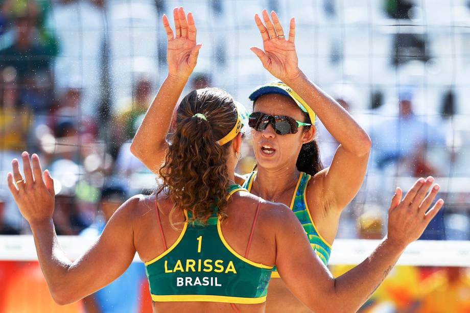 As brasileiras Larissa e Talita comemoram ponto, na Praia de Copacabana - 07/08/2016