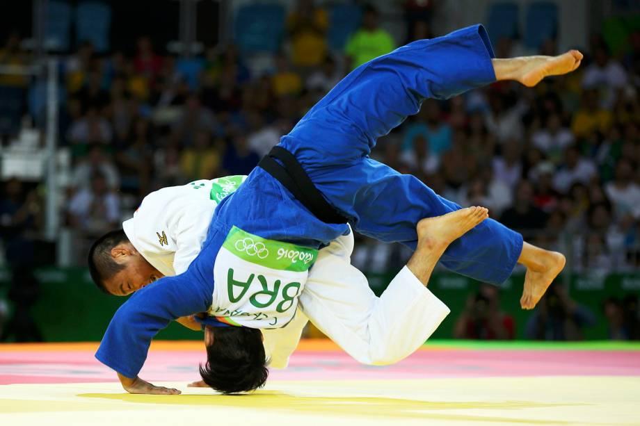 O brasileiro Charles Chibana, durante confronto com o judoca japonês Masashi Ebinuma, na fase classificatória do torneio de judô masculino, categoria 66kg, realizada na Arena Carioca 2 - 07/08/2016