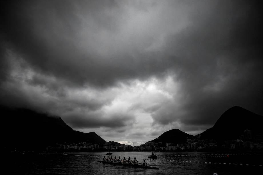 Remadores treinam na Lagoa Rodrigo de Freitas, durante os Jogos Olímpicos Rio 2016